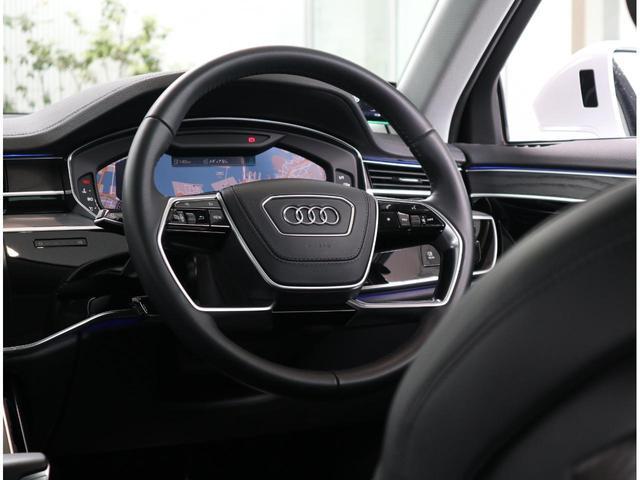 ●リヤシートも足元広々。ロングドライブでも疲れにくいシート設計です。いつまでも乗っていたくなります。後席用のドリンクホルダーとアームレスト。意外と無い車もあります長時間ドライブにはさらに役立ちます!