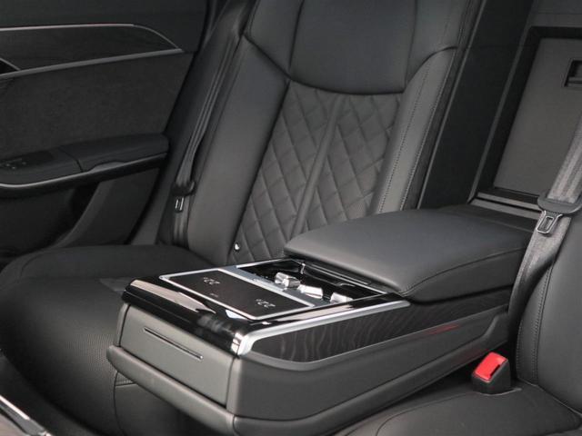 後部座席はドアが大きく乗り込み口が広くスムーズに乗り込めます。実は、乗降時の重要なポイントです。