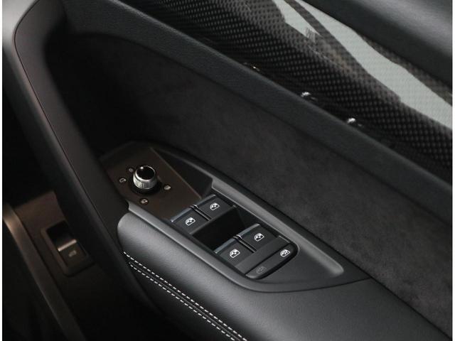 ドア内側にはカーボンのパネルやアルカンターラレザーを使用し、高級感があります。