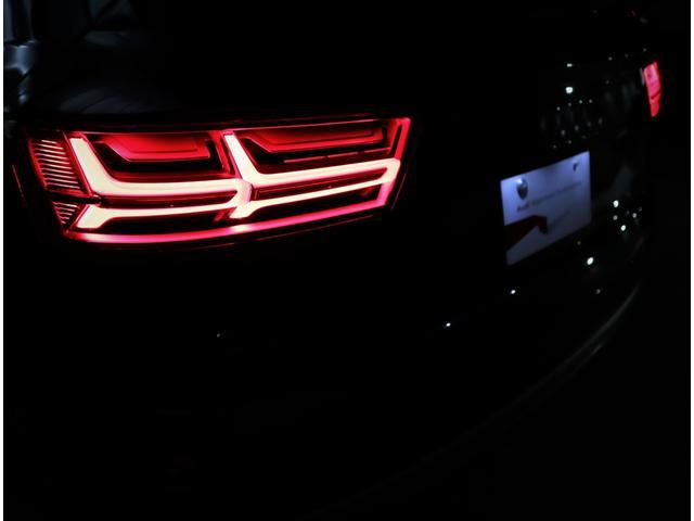ブレーキランプ・テールランプにもLEDを採用。素早く点灯し、視認性も高いのでブレーキングなどの挙動も後方ドライバーにいち早く知らせます。さらに長寿命や省エネなど、数多くのメリットを兼ね備えています。