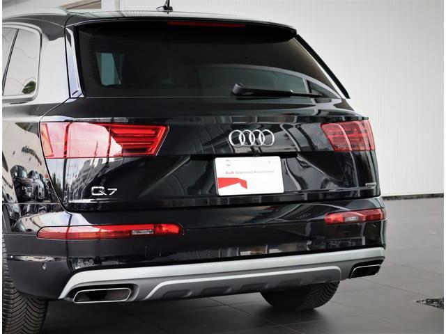 リヤは一番良く見られていると言われています。後続車からはこのように見られています。息を飲むような独特の重厚感のあるグラマラスなリヤデザイン。後ろからの強い視線を感じます。
