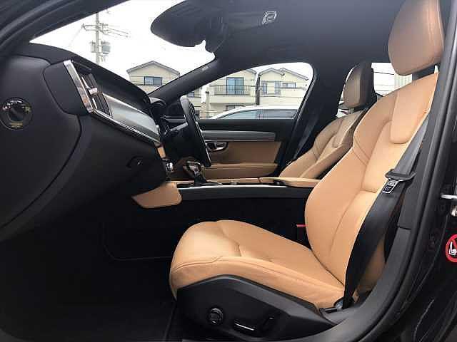 リヤシートは若干内向きに、高く設計され前席の方とコミュニケーションが取れやすい工夫が施されています。お子様が後ろに乗っていても室内はいつもと変わらずにぎやかになることでしょう!