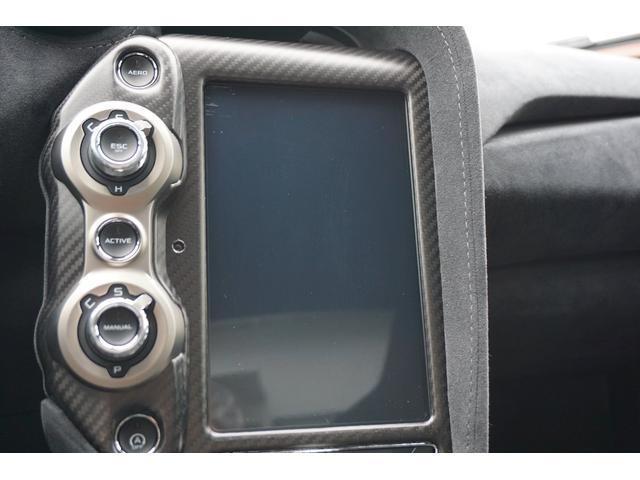 センターコンソールには、タッチパネル式の縦型モニターが装着されています。