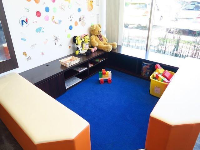 当店にはキッズルームも完備しております。絵本や積み木のおもちゃなど遊び道具もございますのでお子様を飽きさせません☆