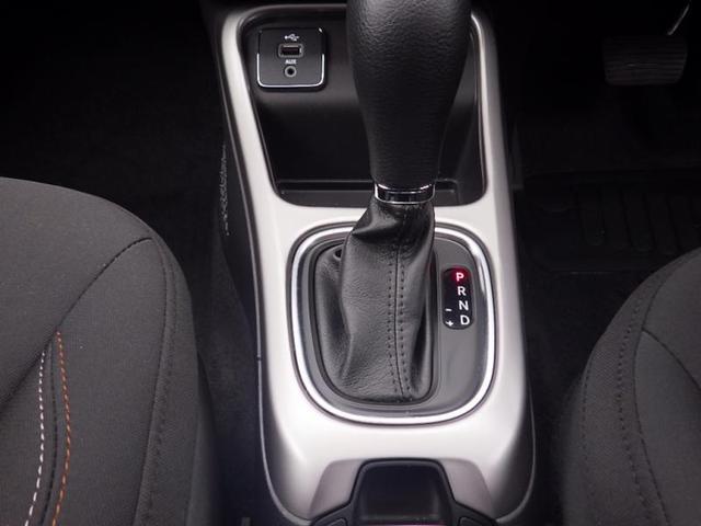 キーフォブをポケットに入れたまま、ドアハンドルに手をかけるだけでロックを解除して乗り込めます。あとはブレーキペダルを踏みながらSTARTボタンを押せばエンジンが始動。