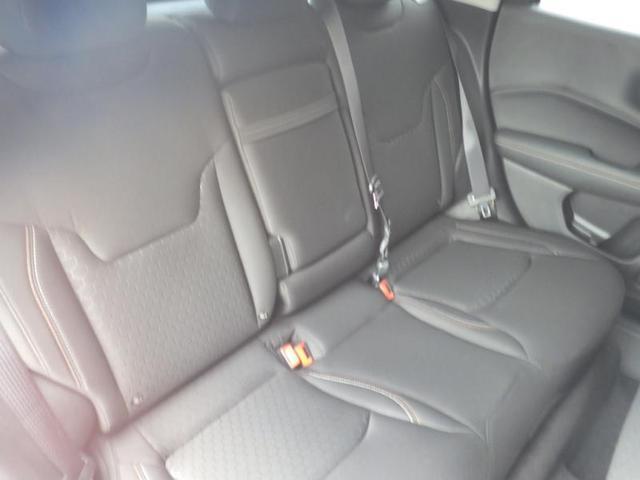 大人5名に十分な広さて?、後席にもゆとりを確保した室内空間。多彩なシートアレンシ?か?可能て?、例えは?、リアシートの片側を倒してカーコ?ルームを拡大させ、残りの部分をもう一人の座席に
