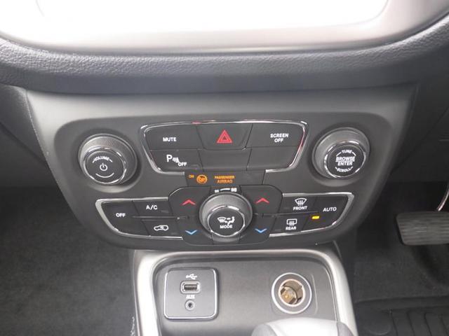 キーレスEnter'N Goの一部で、キーフォブを車両に近づけた状態でドアハンドルに手をかけると自動的に解錠。左右いずれかのフロントドアにある小さなボタンを押すとすべてのドアが施錠されます
