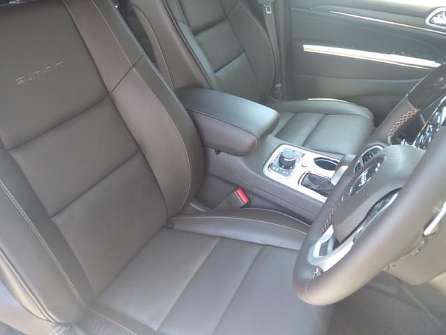 フロントシートは落ち着きのある空間を保ちながらも使い易いシートアレンジになっております