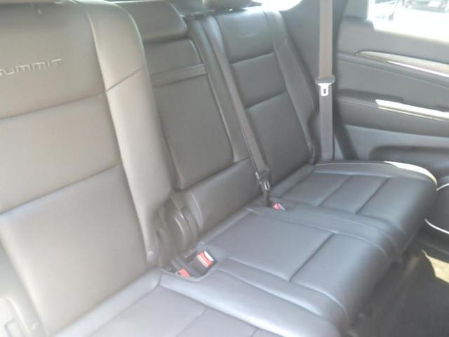 リアシートの空間はジープ車の中でもゆとりのある空間をキープしております。
