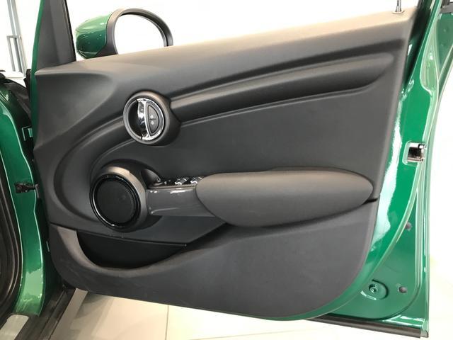ヴィクトリア ナビパッケージ 純正15インチアルミホイール フロントアームレスト クロームラインエクステリア LEDヘッドライト 純正HDDナビ ユニオンジャックテールランプ 専用サイドスカットル 認定保証(55枚目)
