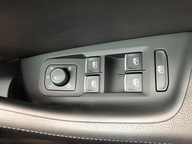 リモコン式ドアミラー調整です。ヒーター付ですので、凍結は勿論のこと雨天時の水滴除去にも役立ちます。また『L』に合わせてバックすると自動で下部を照らし、車体を真っ直ぐに合わせやすくなります。
