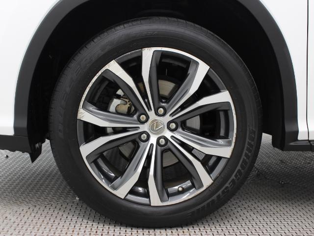 すぐれたグリップ力を発揮する235/55R20インチタイヤを装着し、シャープなドライビングフィールを全身で高めています。