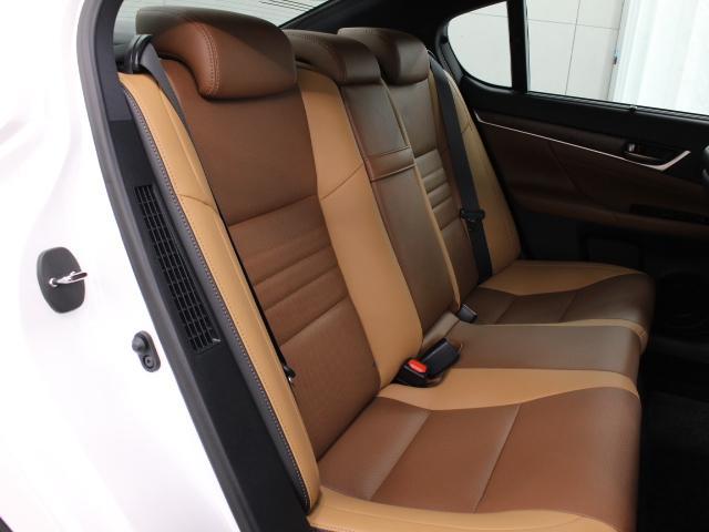 本革独自の味わいと滑らかな風合いが、贅沢な時間を室内にもたらします。ナノイーも搭載され、車内環境は快適です。