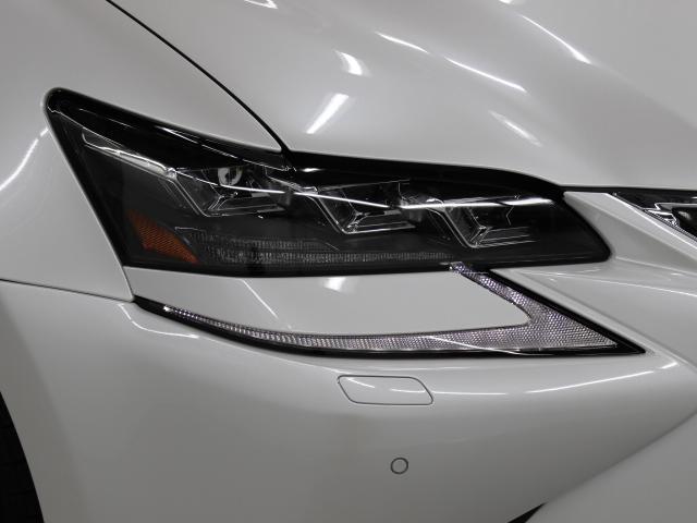 三眼フルLEDヘッドランプにはアダプティブハイビームシステム「AHS」を採用。光検出カメラで車両検出をし、先行車や対向車に直接ハイビームを当てないように部分遮光します。