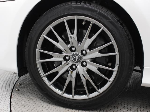 レクサス純正アルミホイールは精度が高く、走行の安定性が優れています。タイヤサイズは235/45R18です。