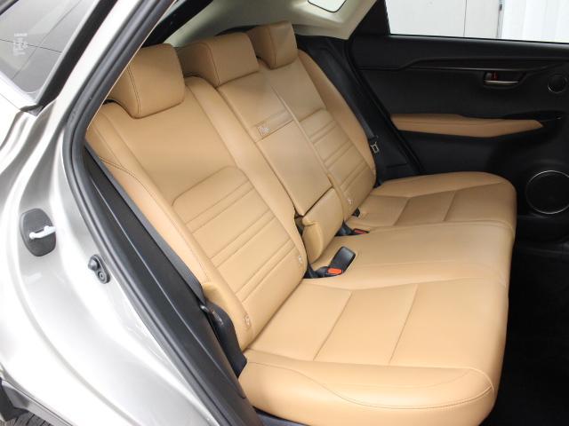 後方の方のひざまわりや足もとにもゆとりを確保。十分なクッションの厚みなどにより快適な座り心地も実現しています。
