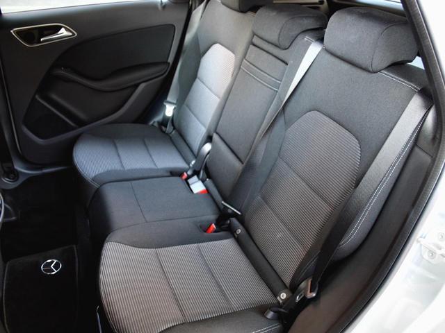 後部座席は特に使用感などは見受けられない状態となっております。