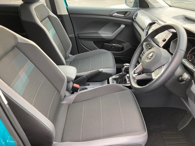 長時間の運転でも疲れにくい硬めの座面と安定感あるフォルムを採用したシート