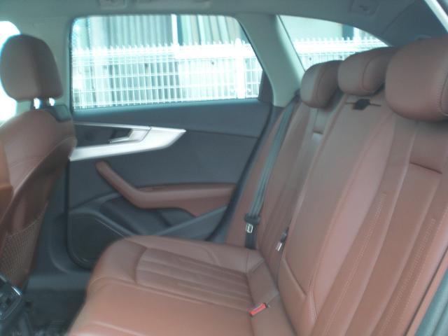 ブラウンレザーシート&シートヒーター!後席もシートヒーターが装備されています。