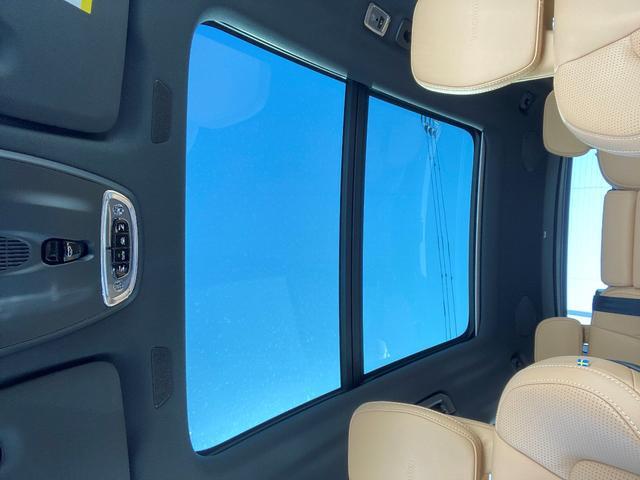 開口部の広いサンルーフは、後席まで明るくします。