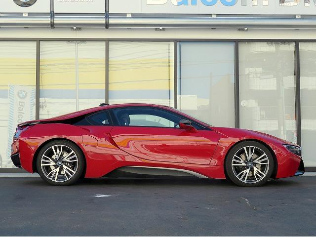 i8は高性能マシンのスポーツ性を持ちながら小型車並みのすぐれた燃費効率を兼ね備えたプラグイン・ハイブリッド・モデルあり、LifeDrive構造と呼ばれる革新的な車体の基本構造コンセプトを採用。