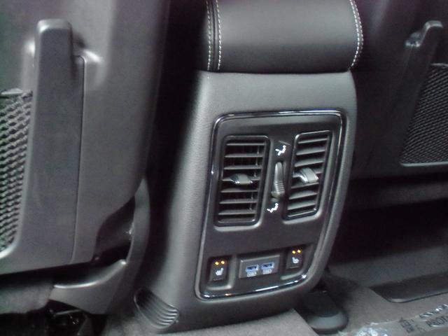 ★リアシートにもシートヒーターが完備されています!エアコンの吹き出し口やUSBも装備しています!