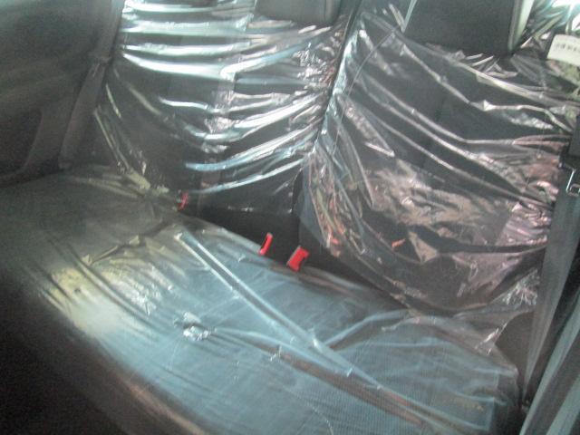 セカンドシートは室内高が充分あるので、広々と座ることができます。また、足元のスペースも、フロントシーバッグの形状を工夫することで充分です。セカンドシートの方にも、快適な時間を過ごしていただけますね。