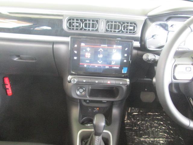運転席正面の7インチ大型タッチスクリーンには、オートエアコン操作、ハンズフリー通話、ドライビングアシスタンスの設定など、多彩なインテリジェンス機能が集約されています。指先ひとつで操作できます。