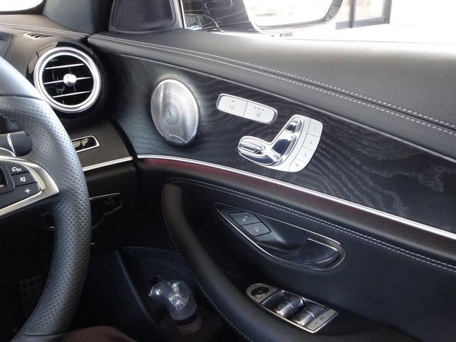 運転席にはメモリー付きパワーシートを装備。シートポジションを電動で調整可能です。さらにシートやドアミラー・ハンドルの位置を3セットまでメモリーでき、ボタンを押すだけで呼び出せます