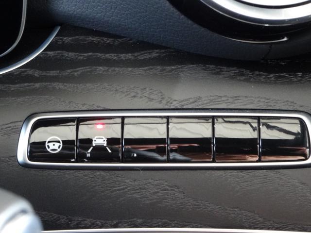 ドライバーの疲労や不注意による走行車線の逸脱をカメラが検知するとハンドルを振動させてドライバーに警告し、高速走行での車線を逸脱し続けると減速して注意を促してくれます。