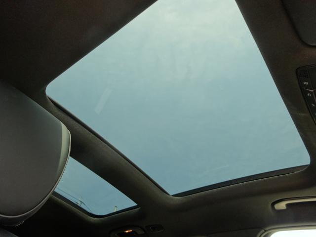 室内温度に影響の少ない断熱強化ガラスを使用したパノラミックスライディングルーフは、車内に明るさと開放感をもたらします。