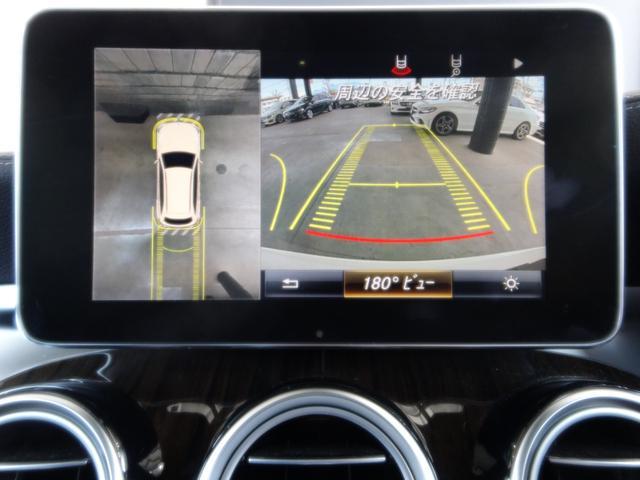 リバースに連動して車両後方の映像と360度カメラで映した車両周辺の映像をディスプレイに表示します。歪みの少ないカメラと、鮮明な画像で後退時の運転操作をサポートします。