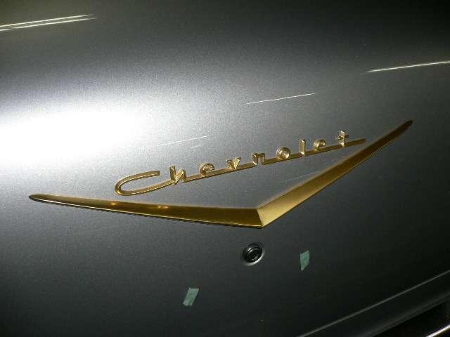 正規のエンブレムは金メッキではなく真鍮色です