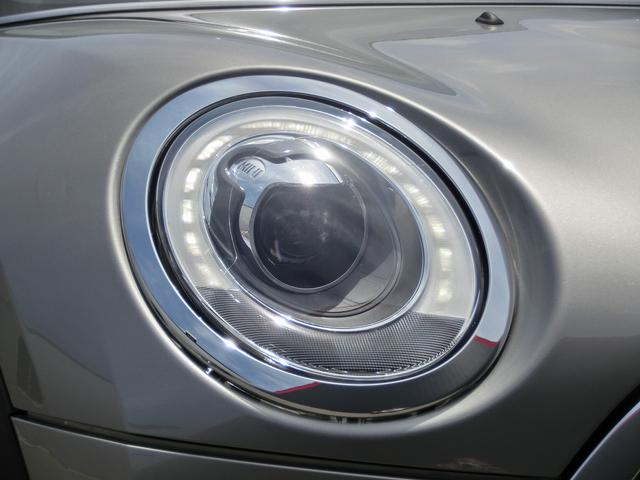 LEDヘッドライトは太陽光に近い光でとても明るく、夜間運転のストレスを軽減してくれます