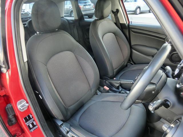 少し硬めのフラットなシートは乗り降りもしやすく、長距離ドライブでの疲労軽減のも効果があります