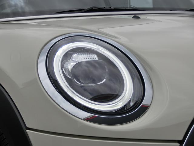 丸いライトの廻りを縁取るLEDがデイライトとウィンカーの役割をします