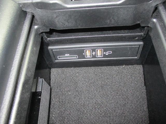 ◆USBのインターフェイス◆お気に入りの映像や音源を車内で再生可能。携帯電話の充電もできます。