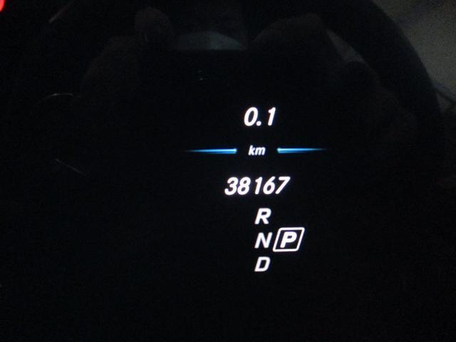 見やすいメーターパネルは点検・ケア等の細かなご案内も表示。ステアリング操作で設定の変更も可能です。