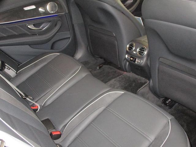 ◆後部座席◆前席の背面の形状を工夫することで、後部座席の乗員の膝が前席の背面に当たることなく、くつろいだドライブをすべての乗員が愉しめるように。