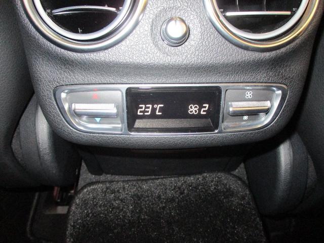 後部座席用のエアコンのスイッチです。