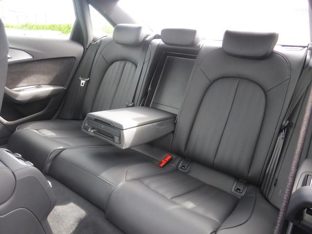 後部座席もゆったりとお座りいただけます。