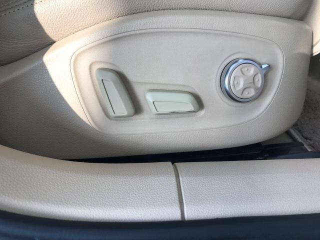 フロントシートは電動調整機能、シートヒーターも装備しております。
