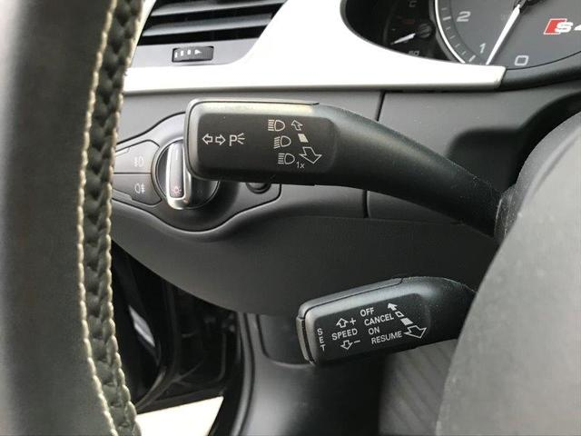 クルーズコントロール。ステアリングコラムに装備されたレバーで操作が可能。アクセルペダルを踏まずに一定の走行速度を維持。高速道路や加減速の少ない自動車道で快適な、ロングドライブをサポートします。