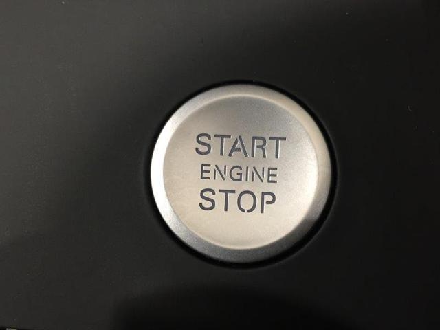 リモートコントロールキーを身につけていれば、センターコンソール上のボタンを押すだけで、速やかにエンジンをスタートさせることができます。また、ドアの施錠・解錠も快適に行うことができます。