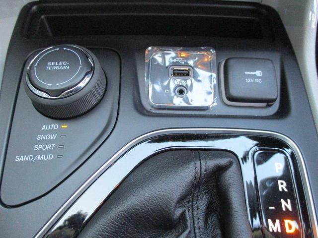 フロントシートには、シートヒーター、ベンチレーション、8ウェイパワーシート、4ウェイパワーランバーサポートを装備。