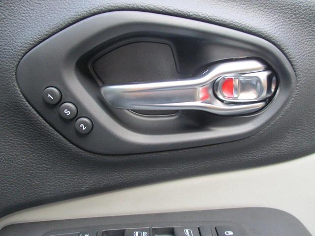 後退時の安全支援機能で、自車のすぐ後方の様子をモニターに広角映像で表示します。映像にはステアリング角度に応じて曲がるダイナミックグリッドラインが表示され、駐車場所への後退操作をサポート。
