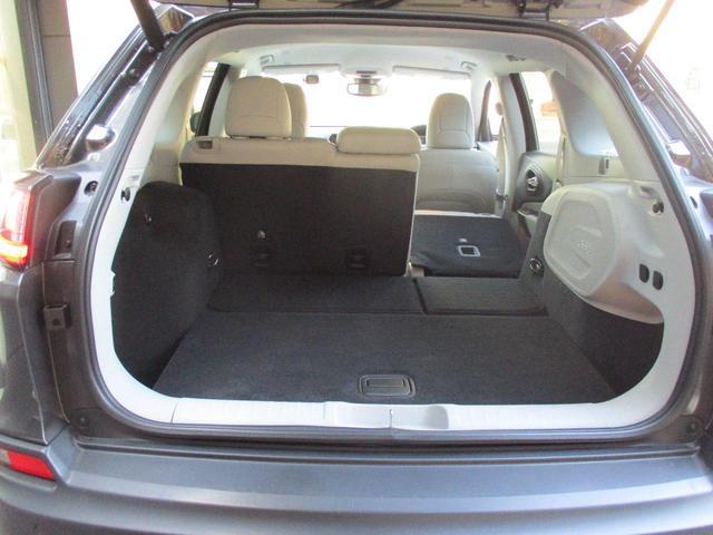 人数や荷物の量に応じて、片側だけあるいは両方一緒にシートを倒せます。