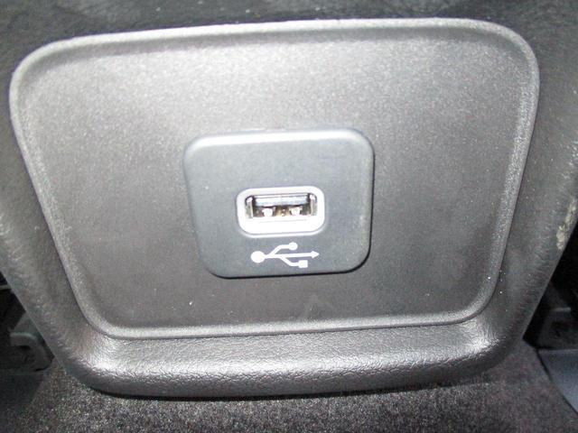 オート エアコンディショナー (デュアルゾーン温度調整機能付) 室内を常に好みの温度に調節。デュアルゾーン温度調整機能付なので運転席と助手席それぞれに快適な環境を作り出すことができます。
