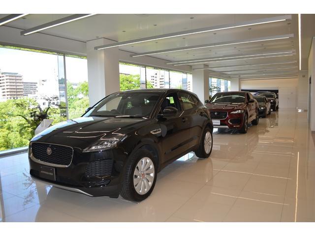 4階の認定中古車ショールーム。ランドローバーとジャガー、認定中古車を展示しています。