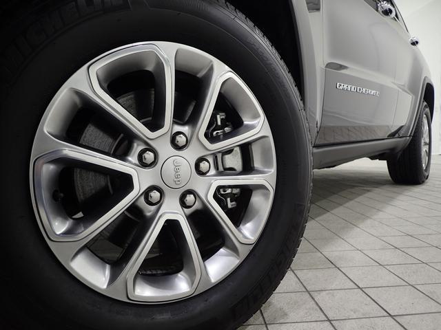 Jeep独特かつ洗練されたデザインで足元に輝きを演出しています
